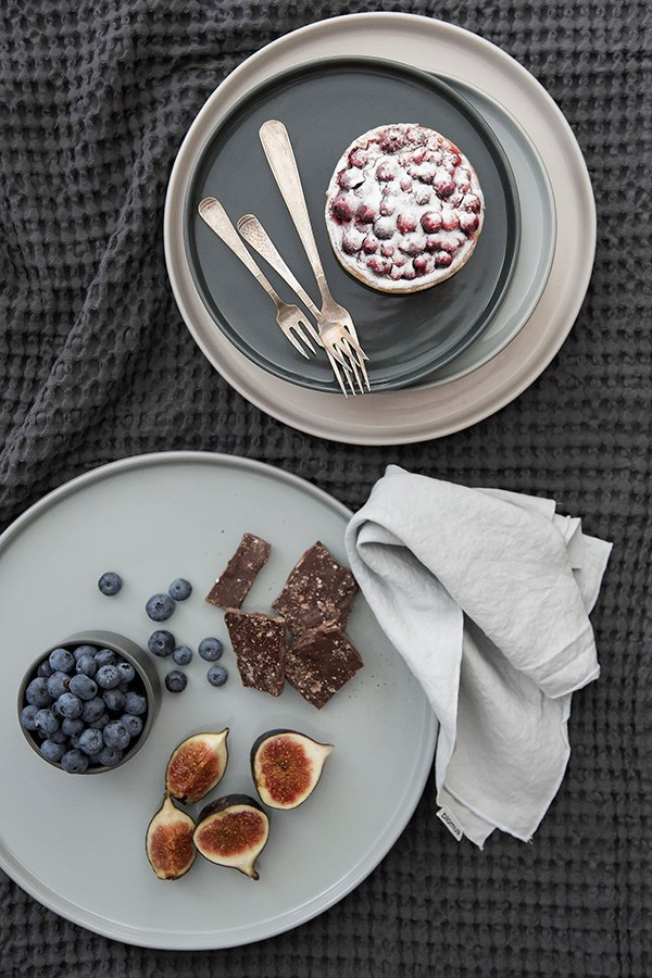Obrázek z Mělký talíř MIO 27 cm šedá